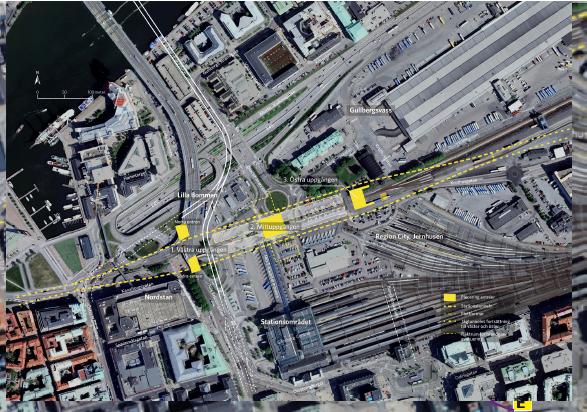 Den prickade linjen visar hur Västlänkens Station Centralen placeras norr om nuvarande Centralstationen och Nils Erivssonsterminalen. De gula rektanglarna i anslutning till sträckningen markerar uppgångar. Vad den gula rektangeln på bangården markerar är obekant.